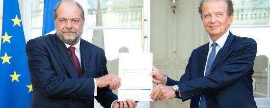 AVOCATS – Dominique PERBEN, remet au garde des sceaux, le rapport qui lui a été commandé au mois de mars sur l'avenir de la profession d'avocat.